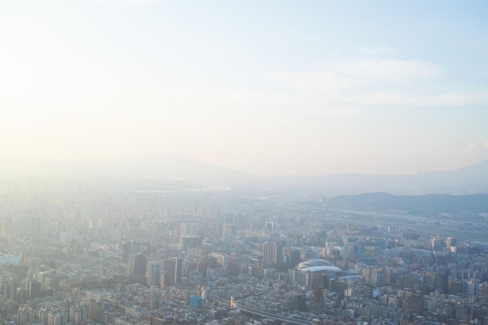 「霞む空と街並み(台北)」の写真
