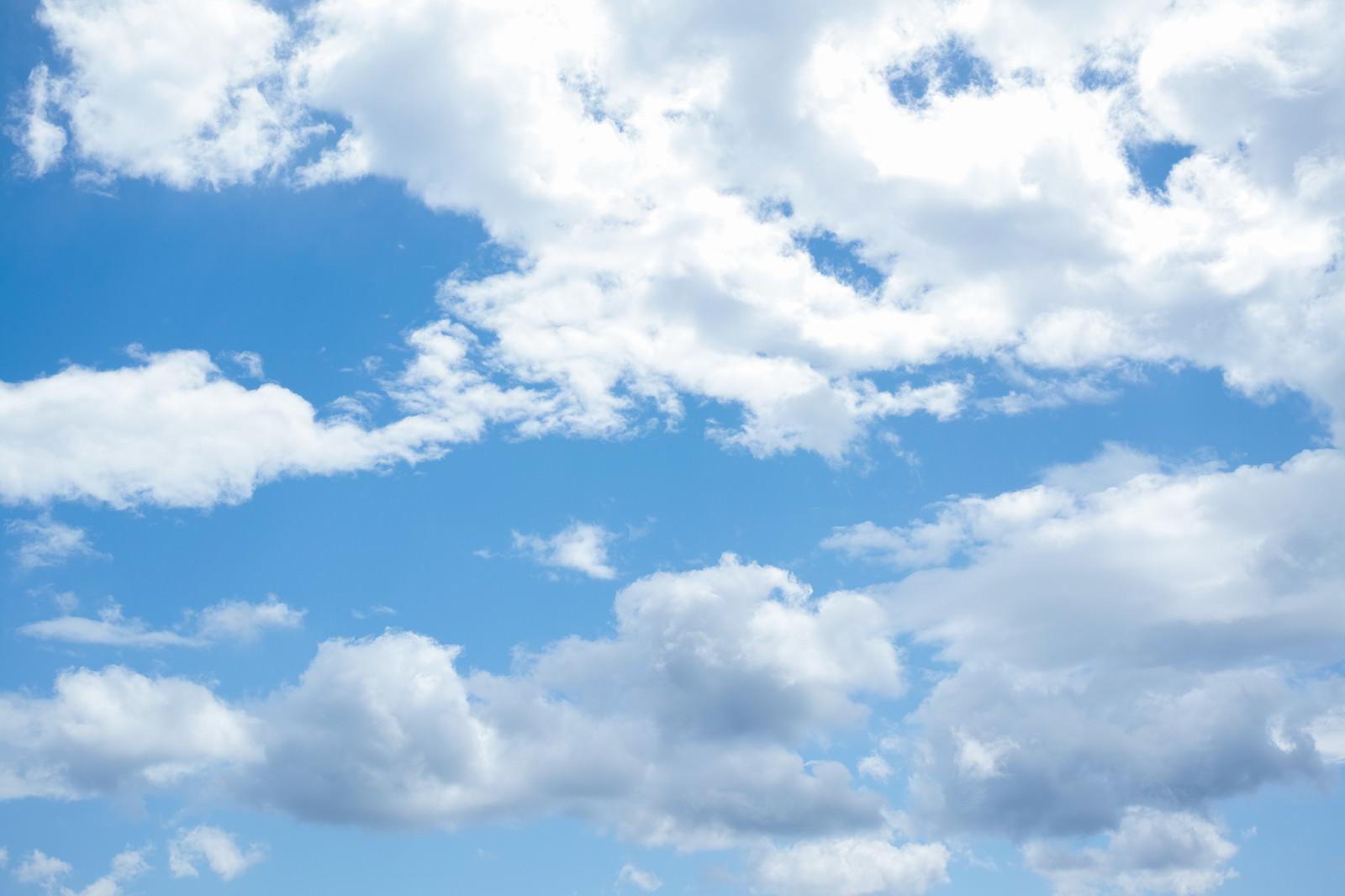 「雲が多めに浮かぶ空」の写真