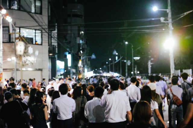 天神祭の路上の人集まりの写真