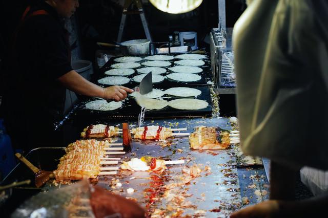的屋に並ぶ食べ物の写真