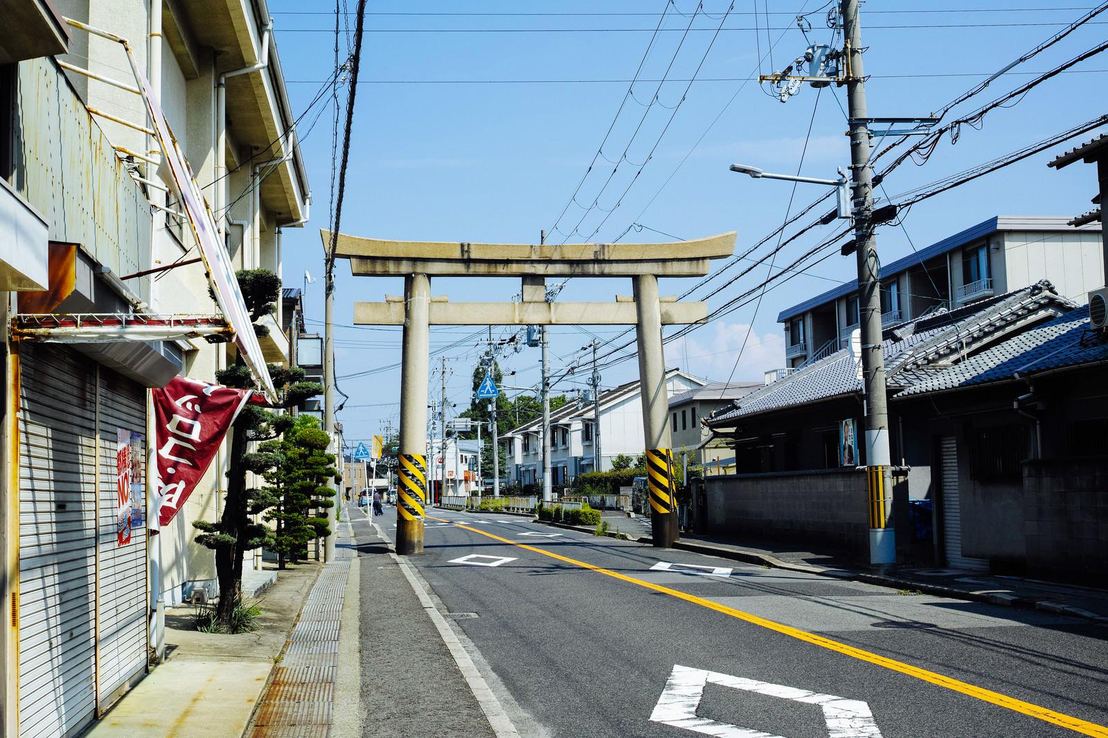 「車道に立つ八幡宮の鳥居」の写真