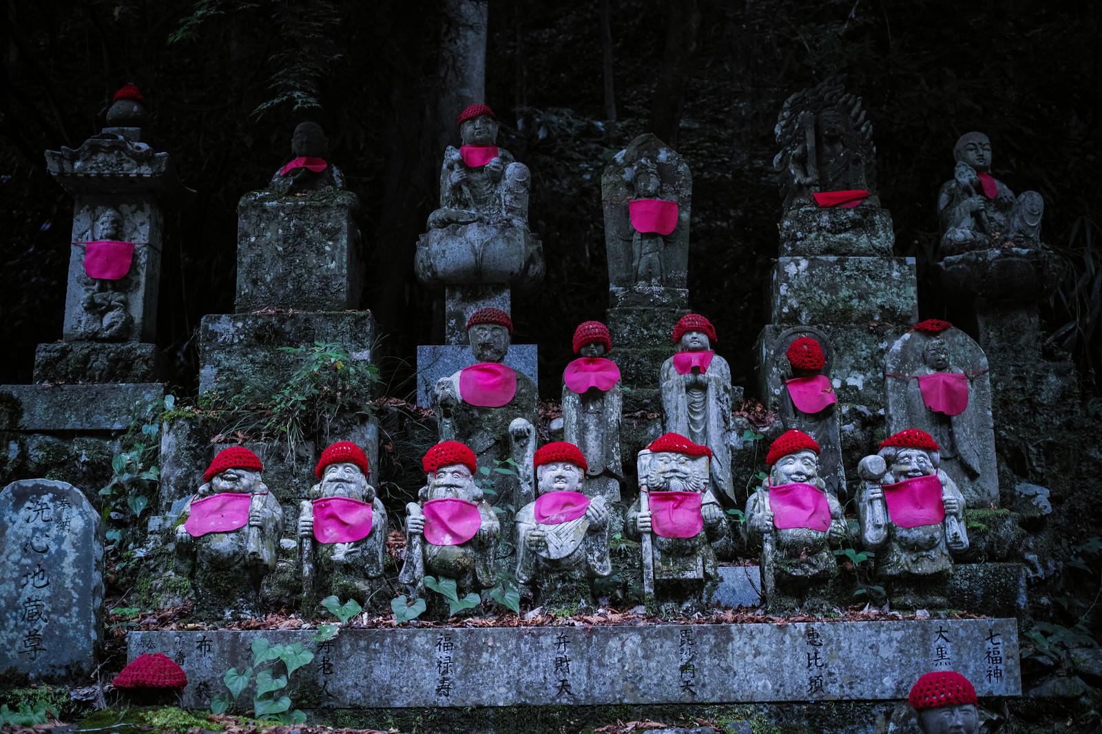 「赤い帽子とよだれかけのお地蔵様」の写真
