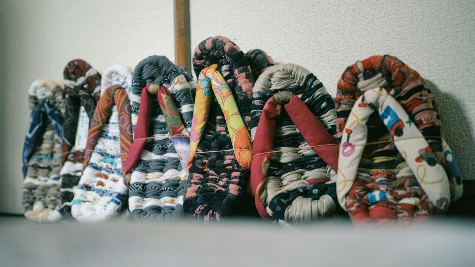 「壁に立てかけられた布草履」の写真