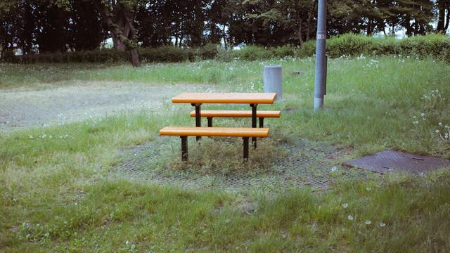 公園に設置されたテーブルベンチセットの写真
