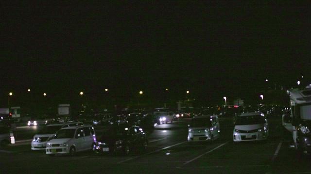 夜のパーキングエリアに駐車する車の写真