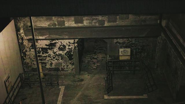 不気味に閉ざされた灰屋の写真