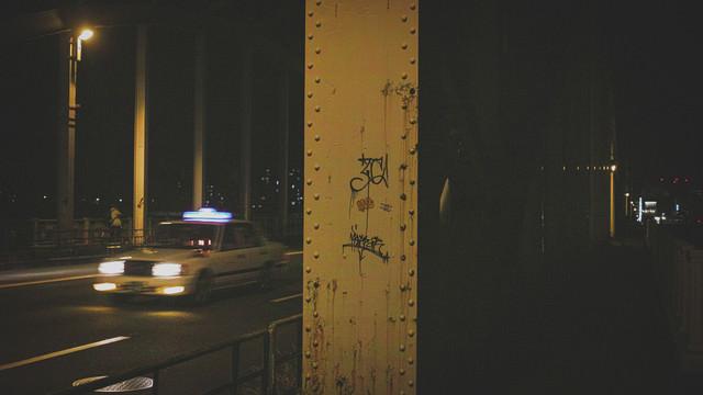 アーチ橋の鉄骨に書かれた落書きの写真