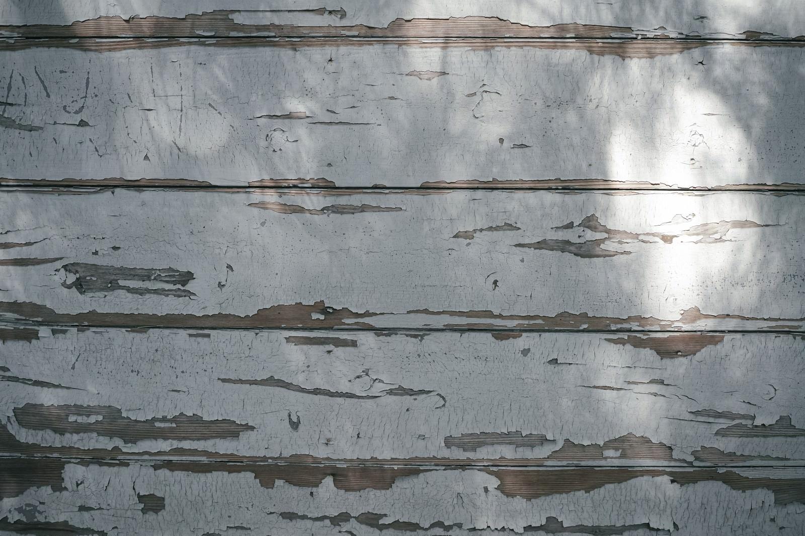 「塗装の剝がれた木目の壁(テクスチャ)」の写真