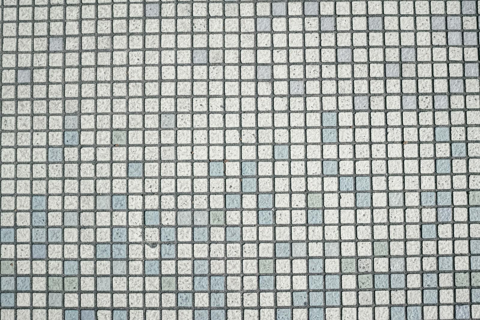 「びっしりと敷き詰められた四角いタイル」の写真