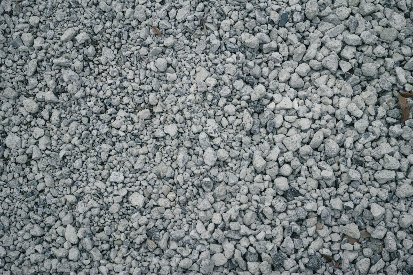 「びっしり敷き詰められたいびつな小石のテクスチャ」の写真