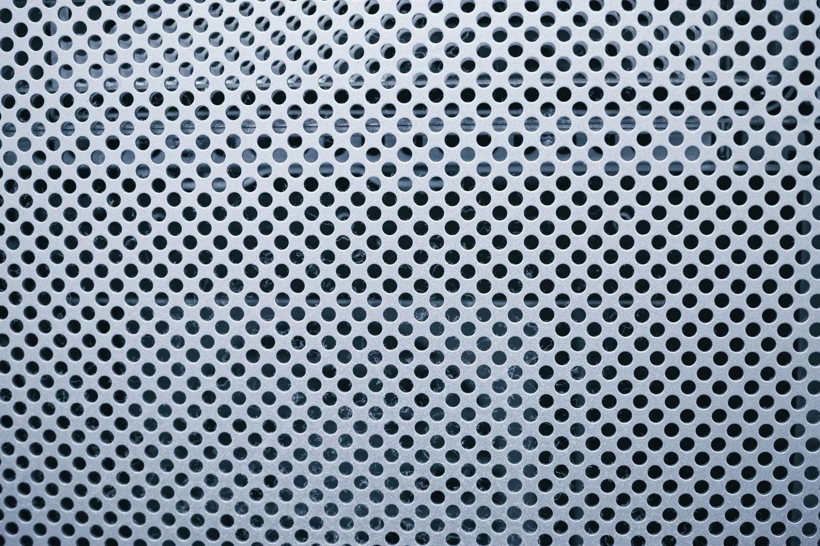 「丸い穴がいくつも空いたステンレス板(テクスチャ)」の写真