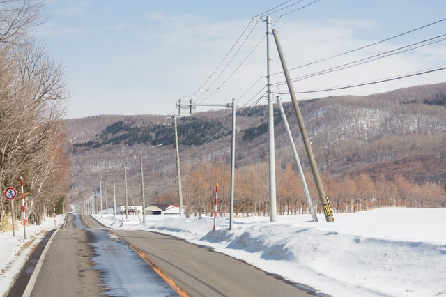 路肩の雪と道路