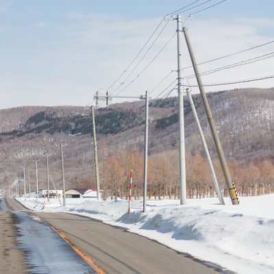 「路肩の雪と道路」の写真素材