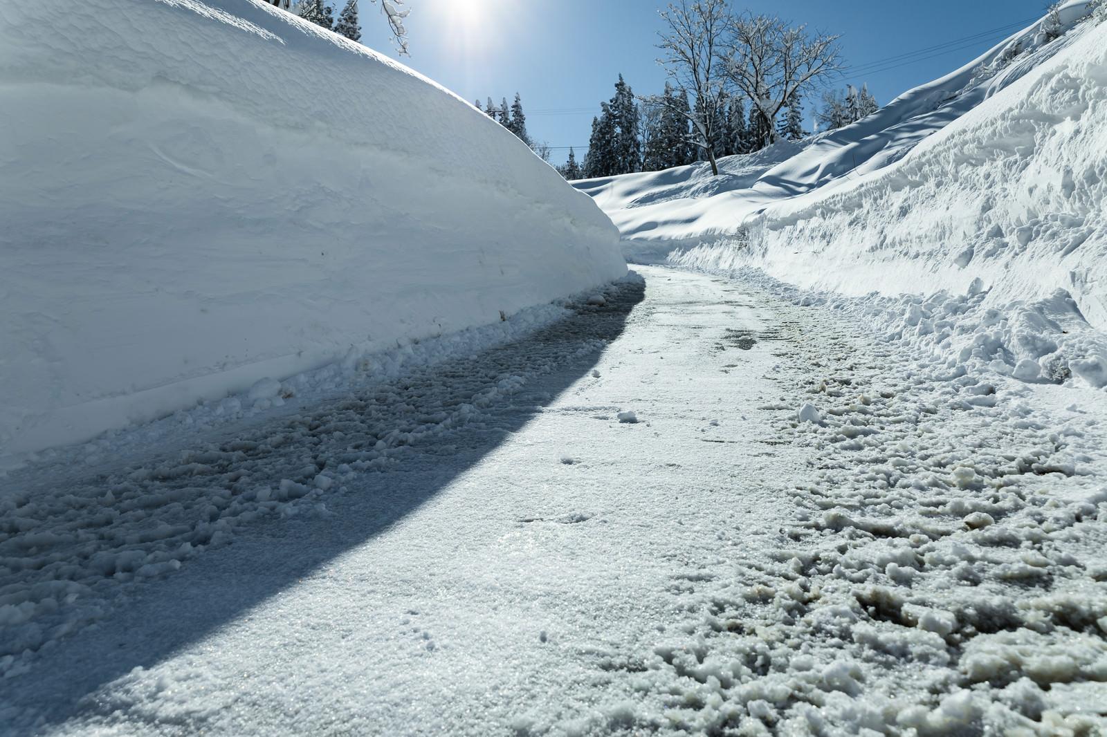 「除雪した雪の壁」の写真