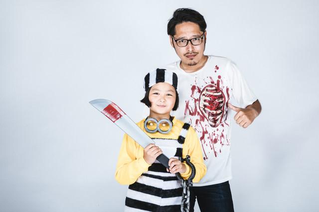 ハロウィン仮装する親子の写真