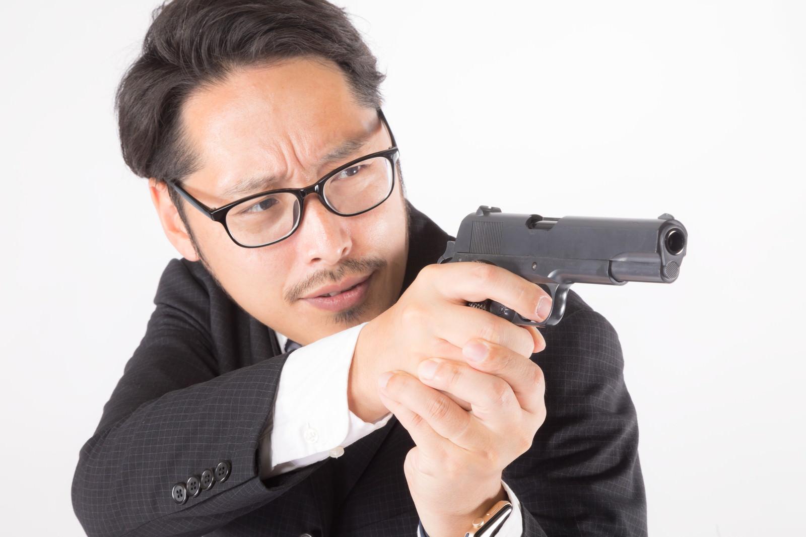 「近接戦闘の射撃スタイル」の写真[モデル:ゆうせい]