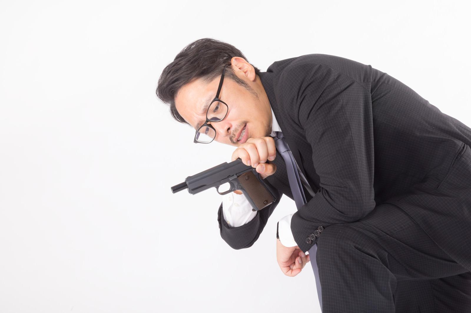 「弾詰まりと時間を一度にチェックする殺し屋」の写真[モデル:ゆうせい]