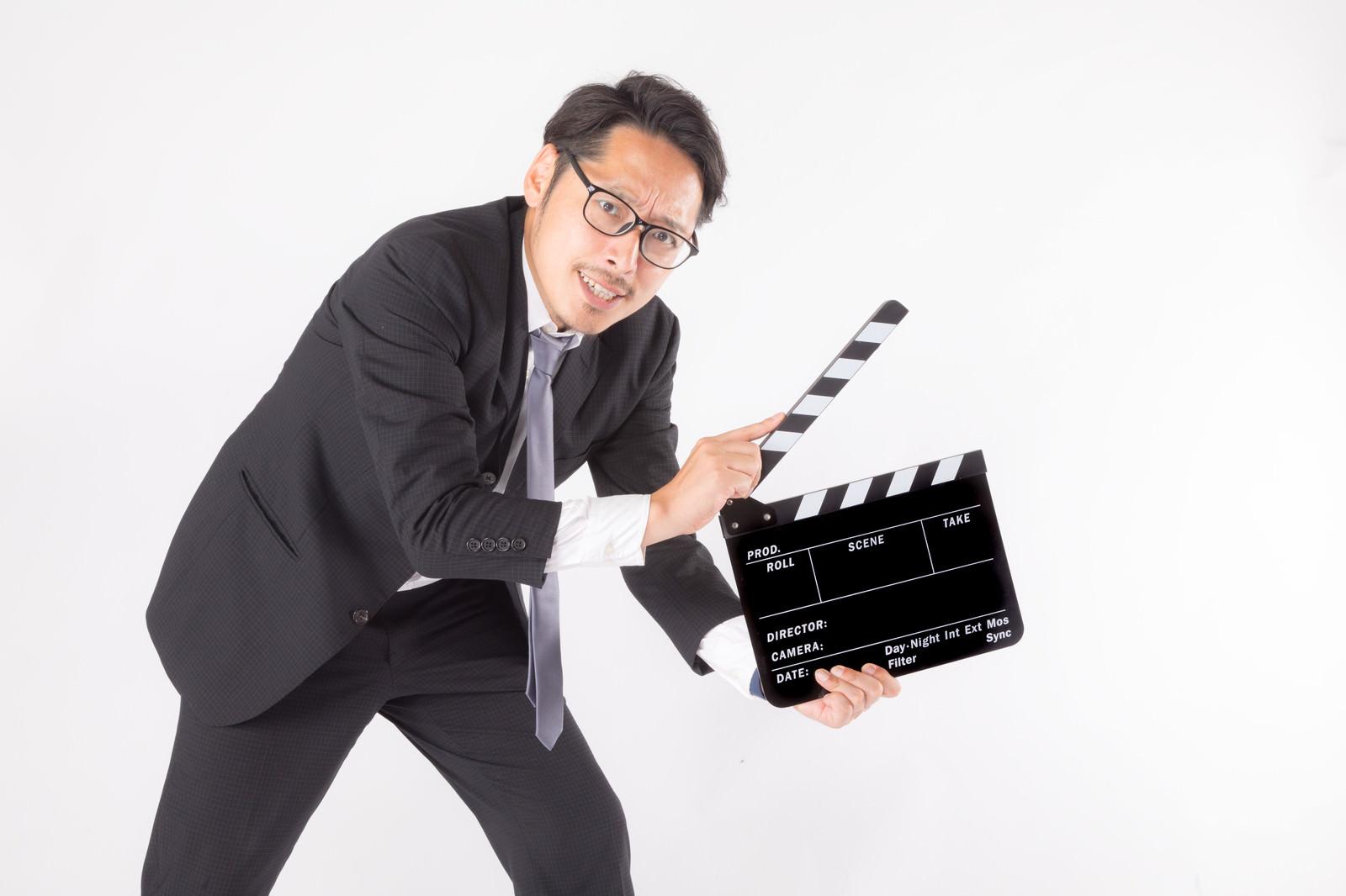 「カチンコ役の会社員カチンコ役の会社員」[モデル:ゆうせい]のフリー写真素材を拡大