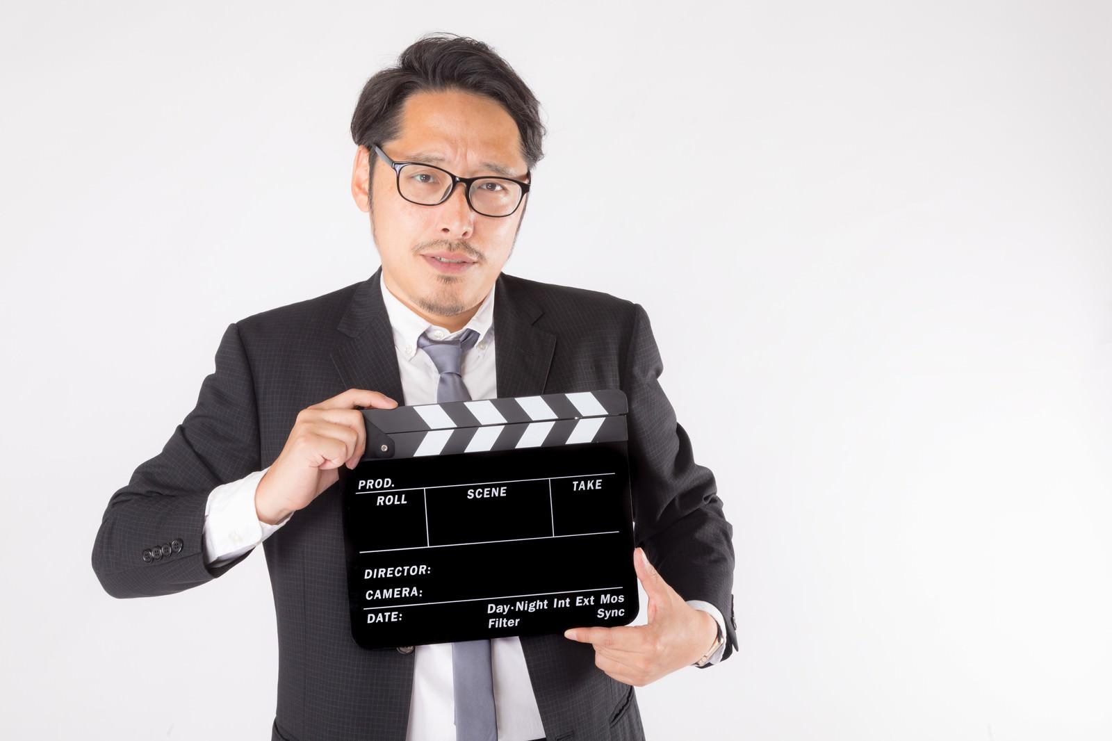 「緊張感ある現場のカチンコ役(本番)」の写真[モデル:ゆうせい]