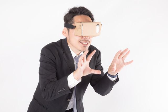 仮想空間で何かを揉むビジネスマンの写真