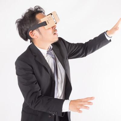 VRで彷徨う会社員の写真