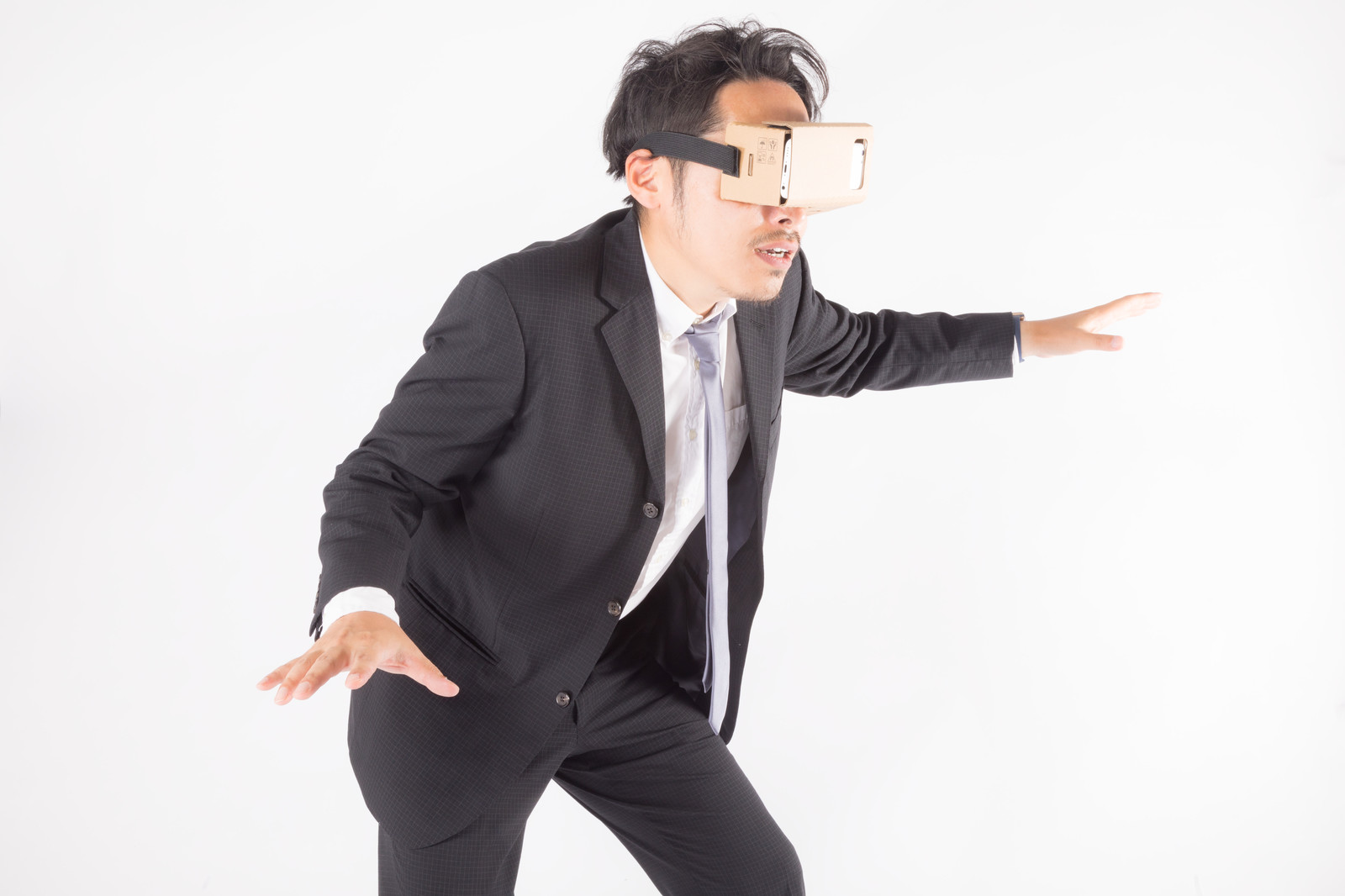 「バーチャルリアリティーの中で落下しそうな会社員バーチャルリアリティーの中で落下しそうな会社員」[モデル:ゆうせい]のフリー写真素材を拡大