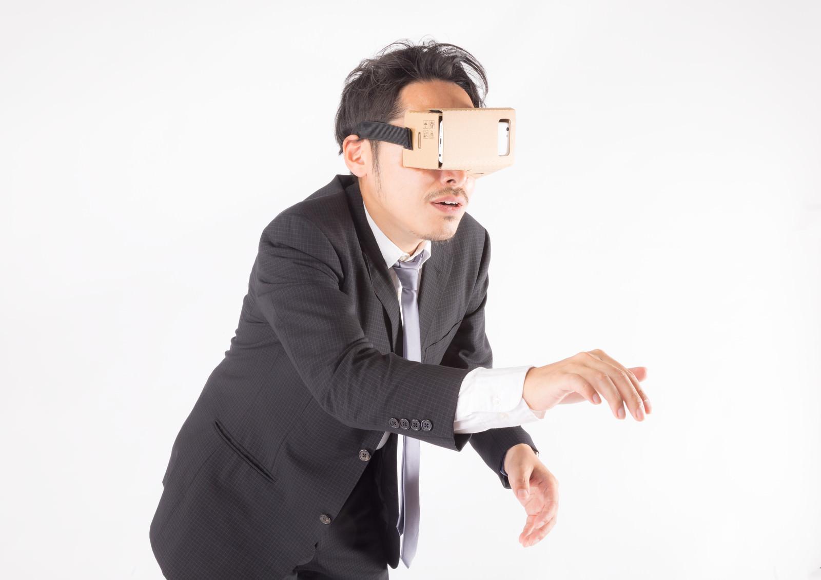 「仮想空間でひたすらスイッチを押す男性」の写真[モデル:ゆうせい]
