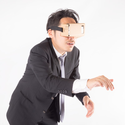 「仮想空間でひたすらスイッチを押す男性」の写真素材