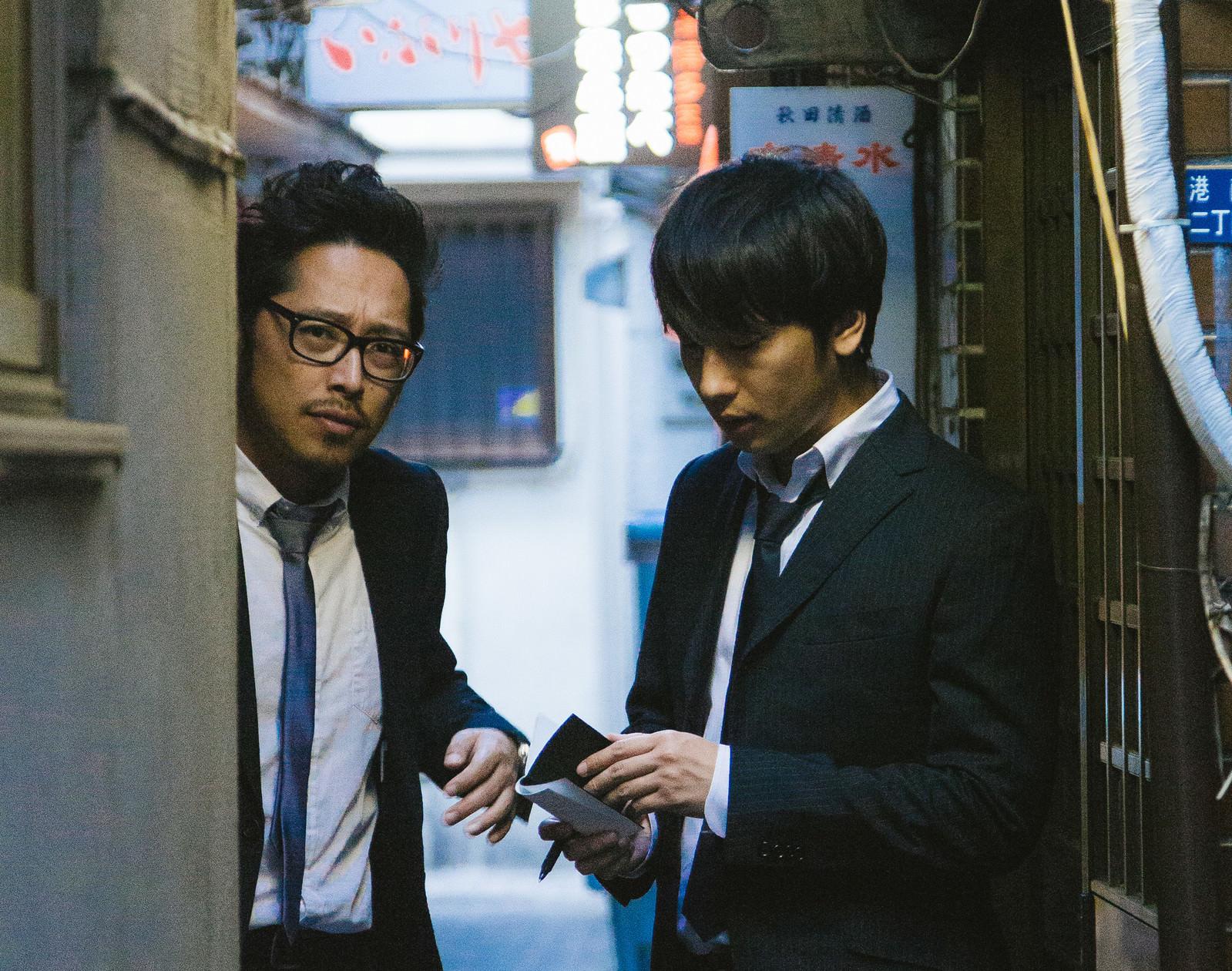 「飲み会のお店を探す名幹事2人組」の写真[モデル:ゆうせい 大川竜弥]