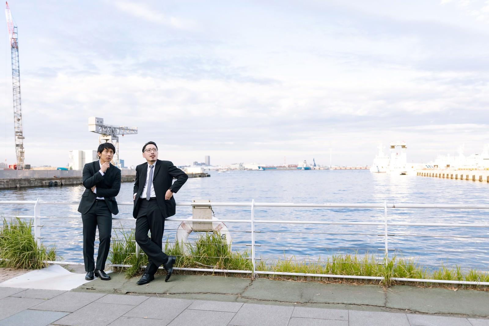 「港で張り込みをする刑事」の写真[モデル:大川竜弥 ゆうせい]
