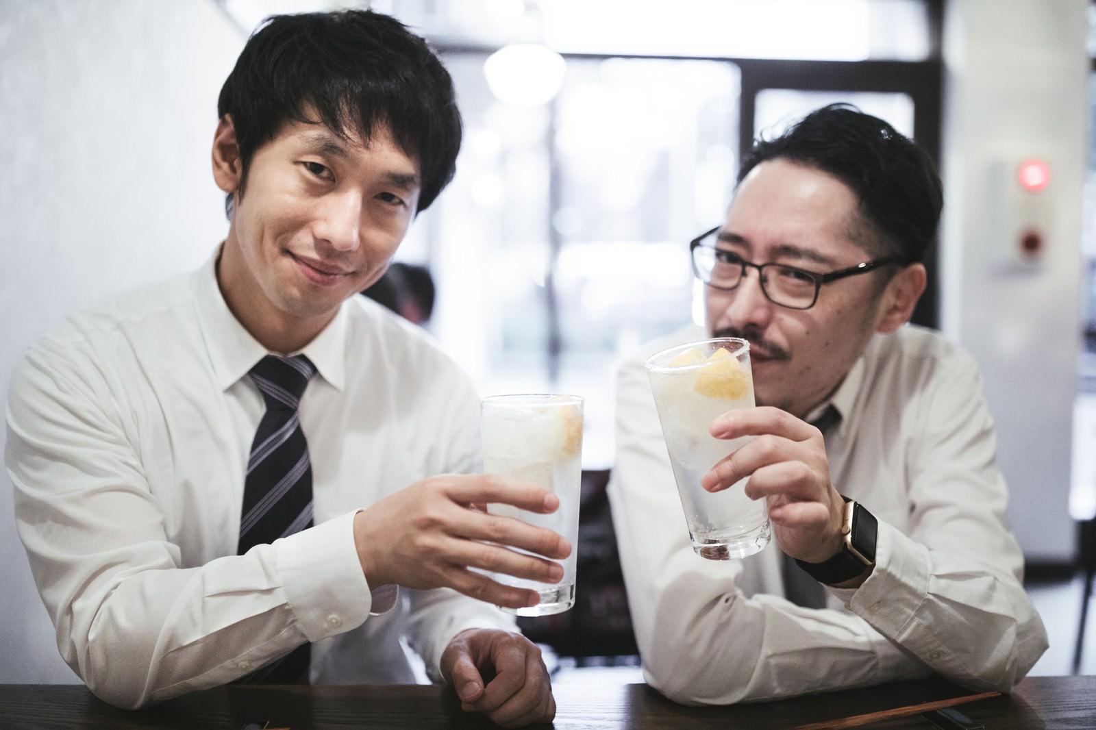 「ノー残業デーはレモンサワーで乾杯」の写真[モデル:ゆうせい 大川竜弥]