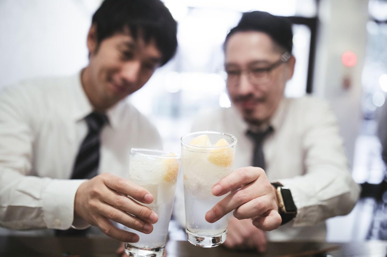 「レモンサワーで乾杯男子」の写真[モデル:大川竜弥 ゆうせい]