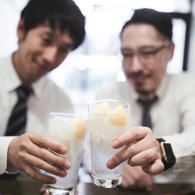 レモンサワーで乾杯男子の写真