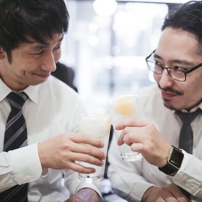 ニヤリと見つめ合う上司と部下の写真