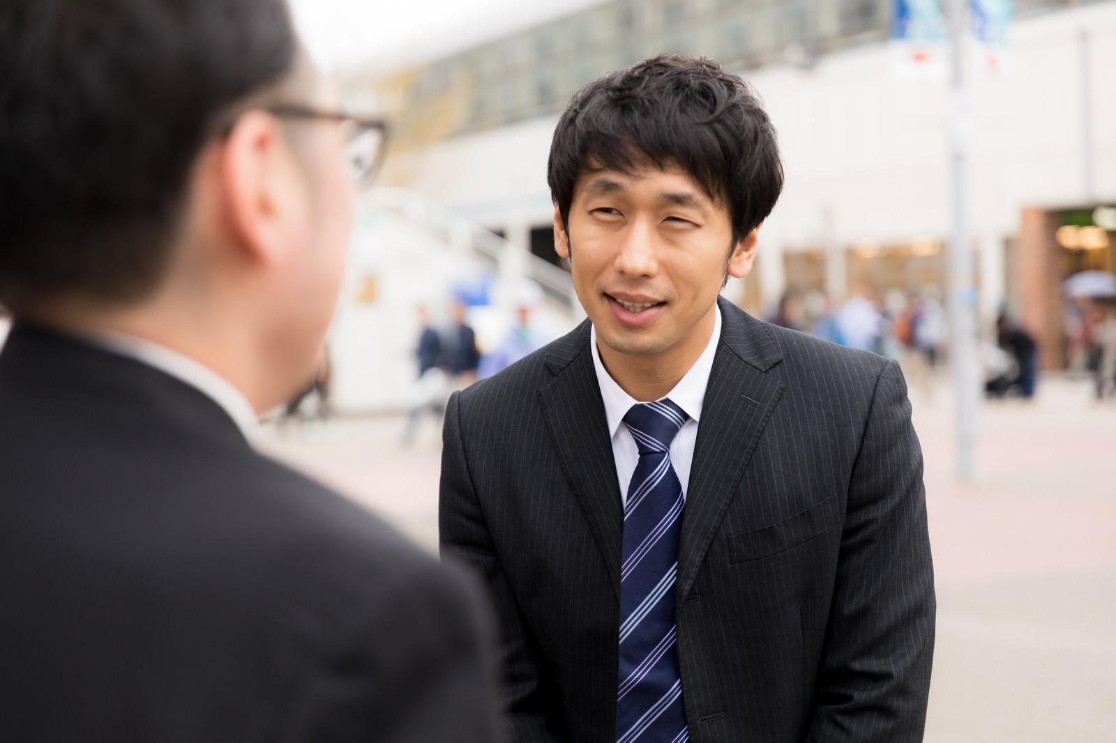 「人目を避けたいと話す男性」の写真[モデル:ゆうせい 大川竜弥]