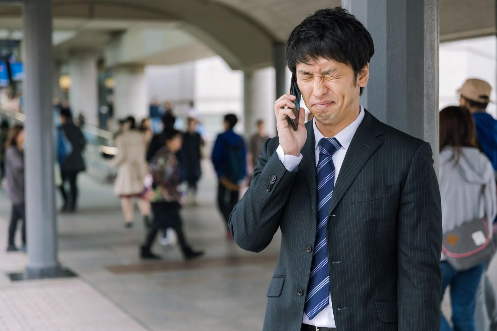 「面接結果を聞き落ち込む男性」の写真[モデル:大川竜弥]