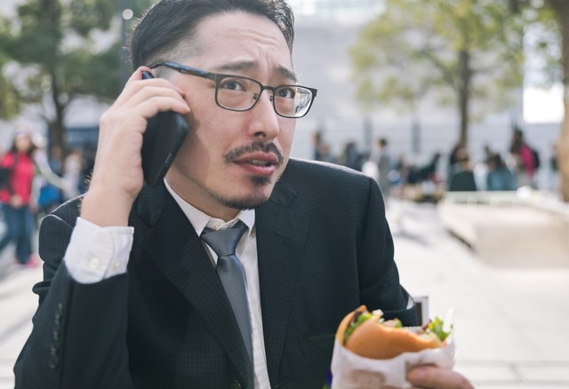 妻から「今夜はハンバーガーね」と告げられた男性の写真