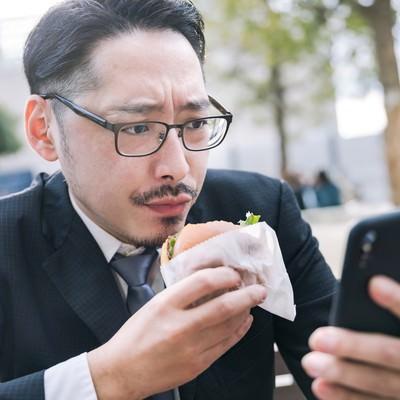 グルメアプリにレビューを投稿する男性の写真