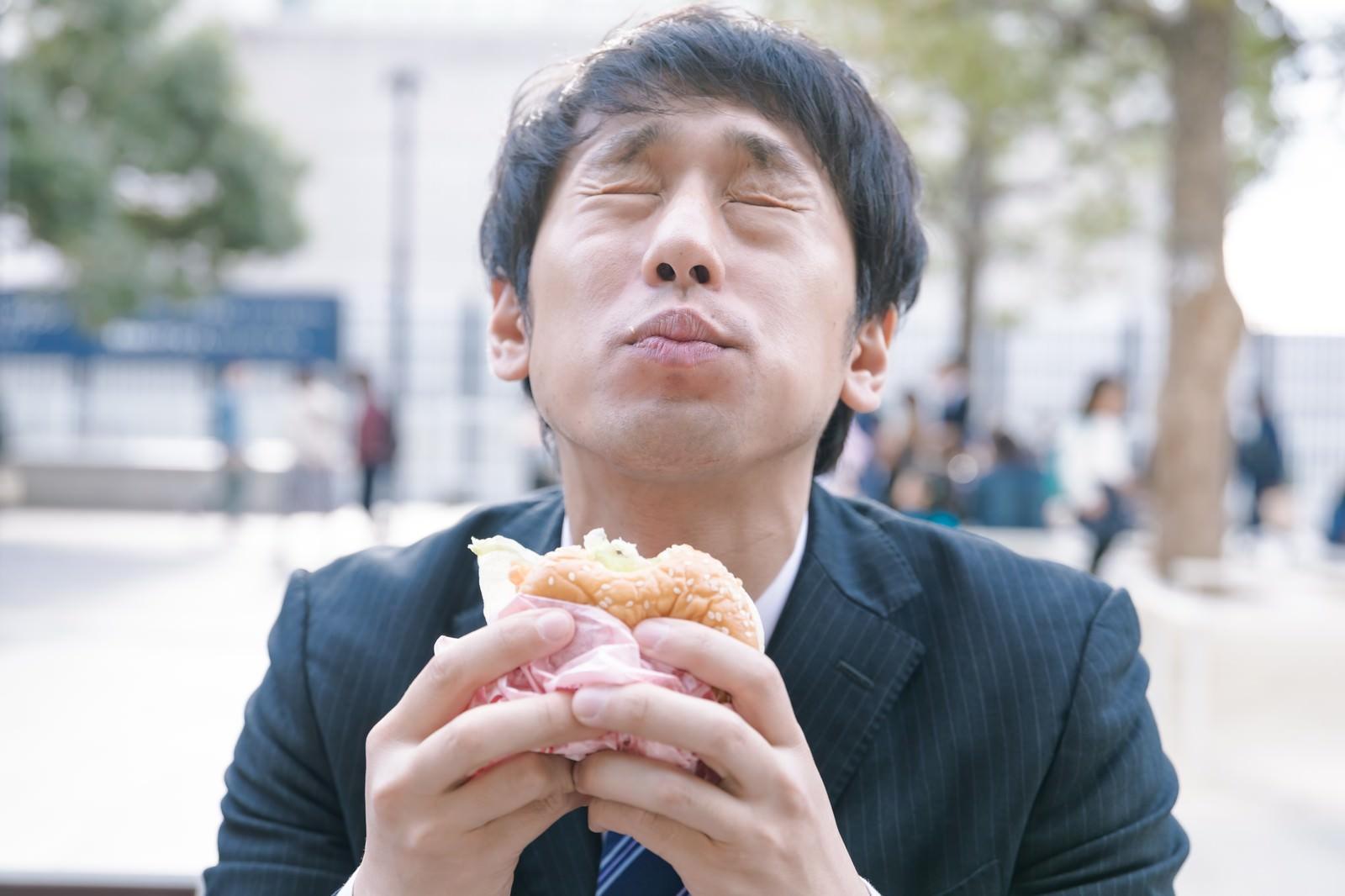 「食べた瞬間、星3つを確信するグルメライター」の写真[モデル:大川竜弥]