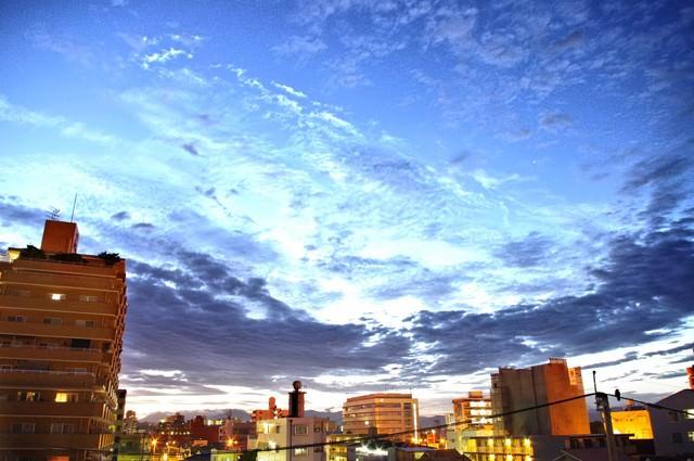 日が沈む前の街並みの写真