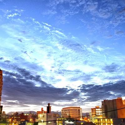 「日が沈む前の街並み」の写真素材