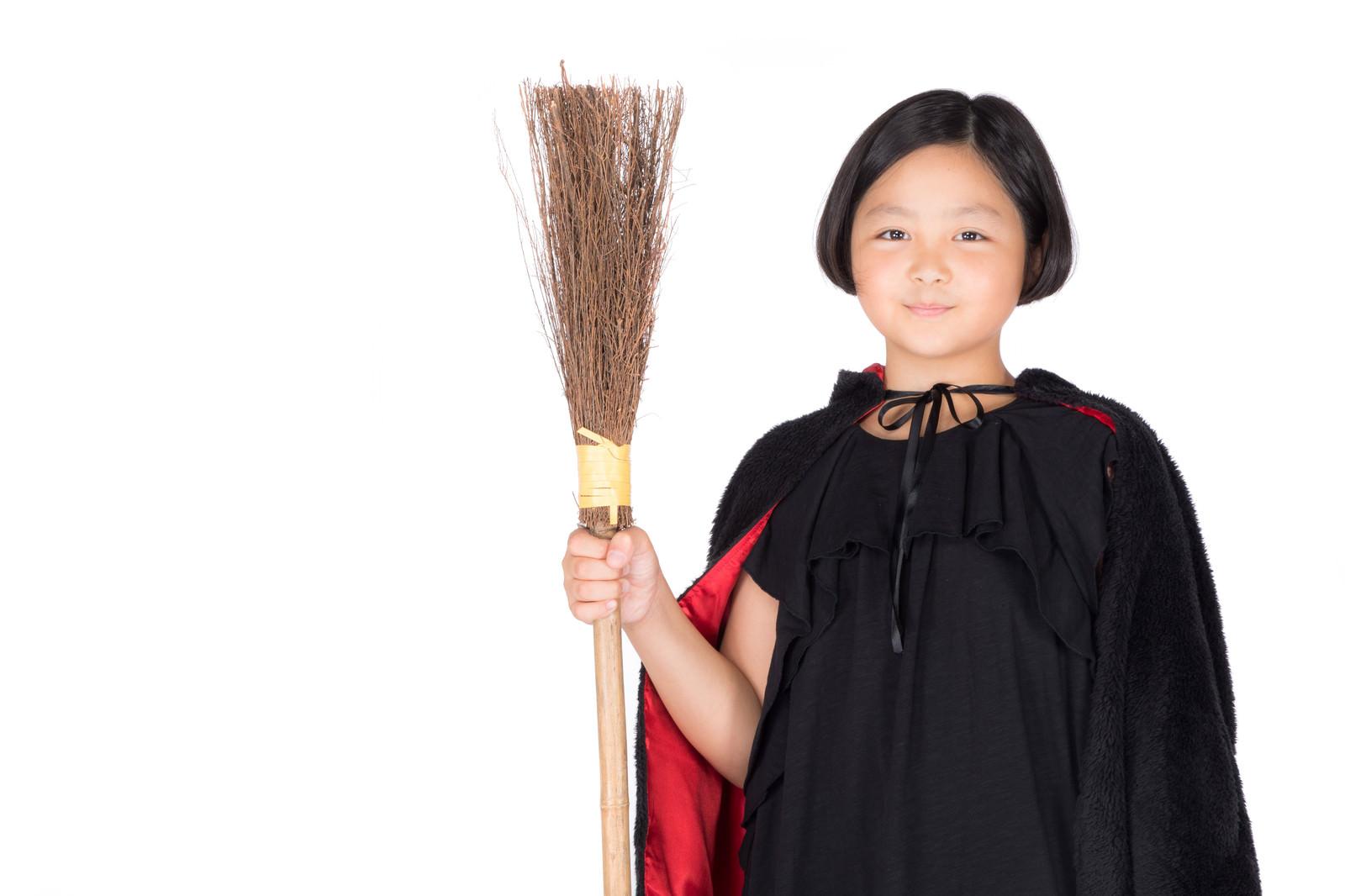 「竹ぼうきを持った魔女コス少女」の写真[モデル:ゆうき]