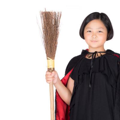 竹ぼうきを持った魔女コス少女の写真