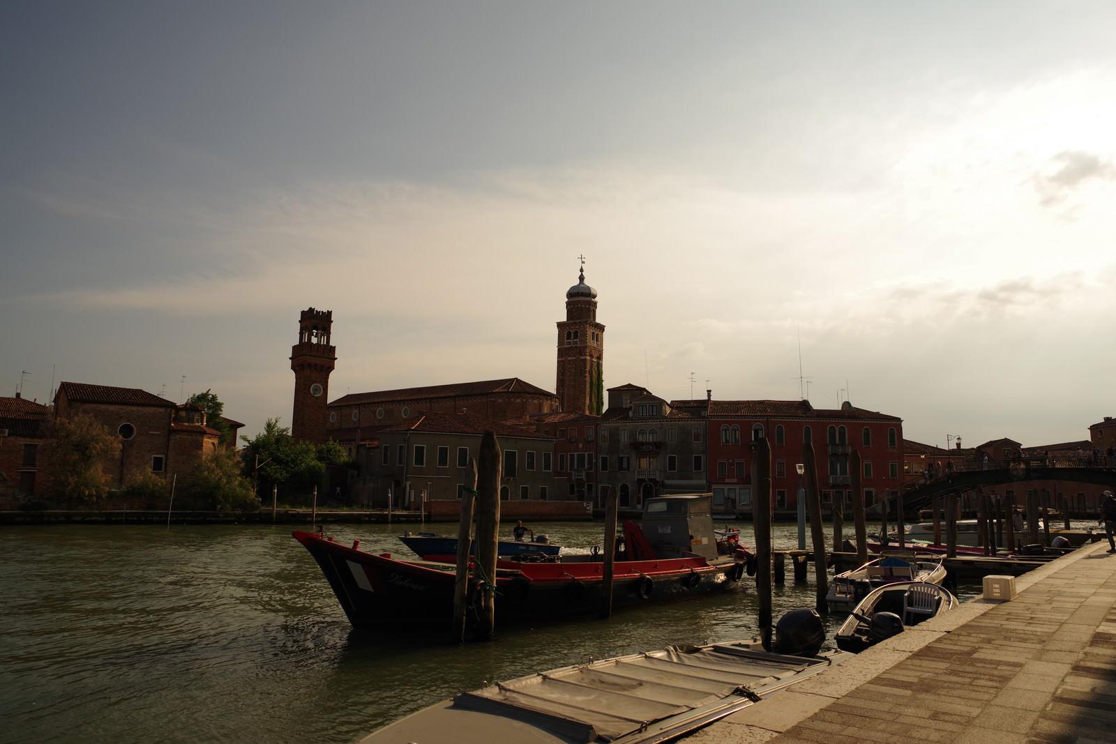 「夕暮れ時のベネツィアの船着き場(イタリア)」の写真