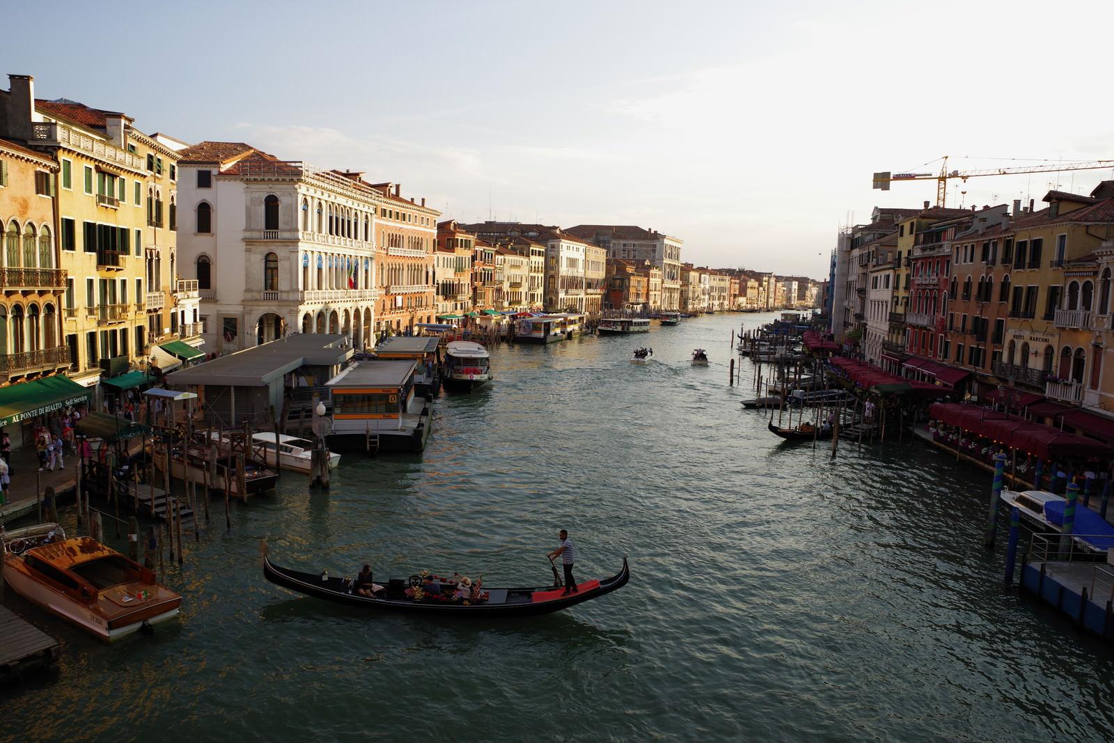 ベネツィアの水路に浮かぶ船と水辺に面した建物のフリー素材
