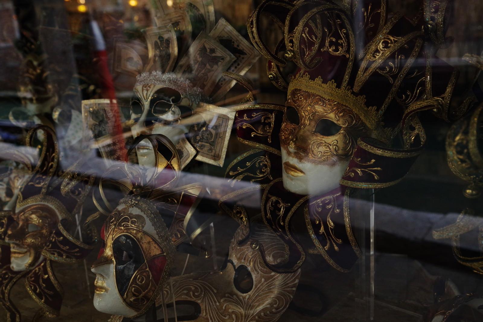 「飾り棚に並ぶヴェネチアンマスク(イタリア)」の写真