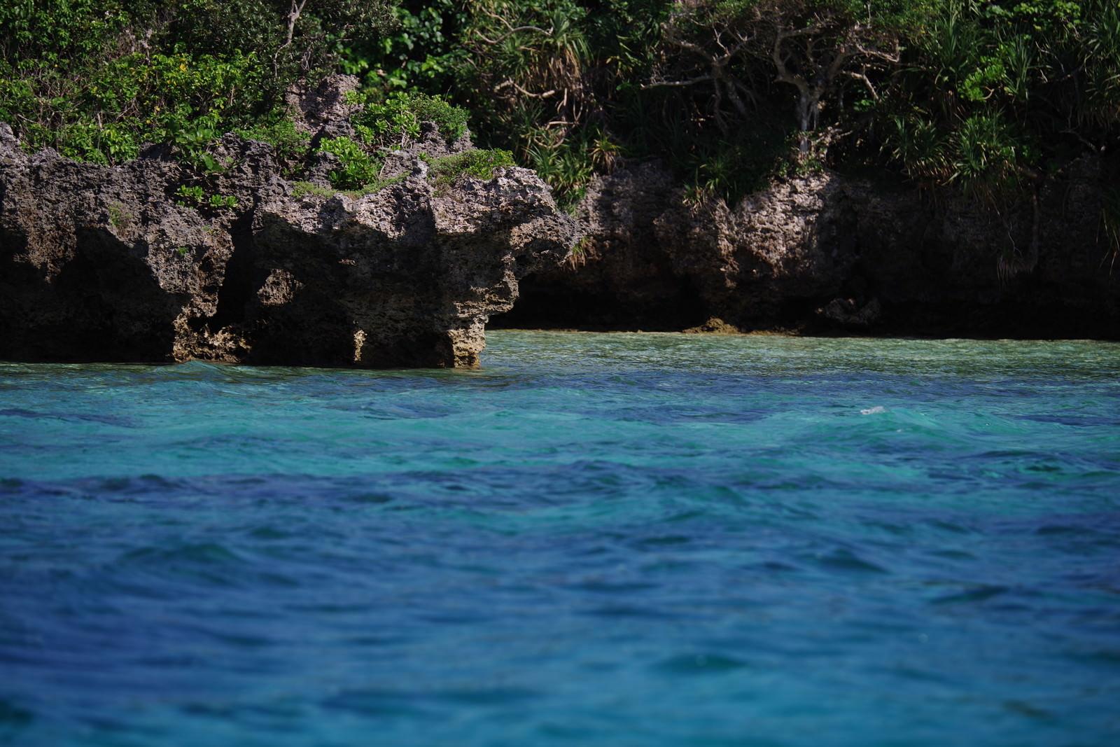 「石垣島の青い海と切り立った岩場(沖縄県)」の写真