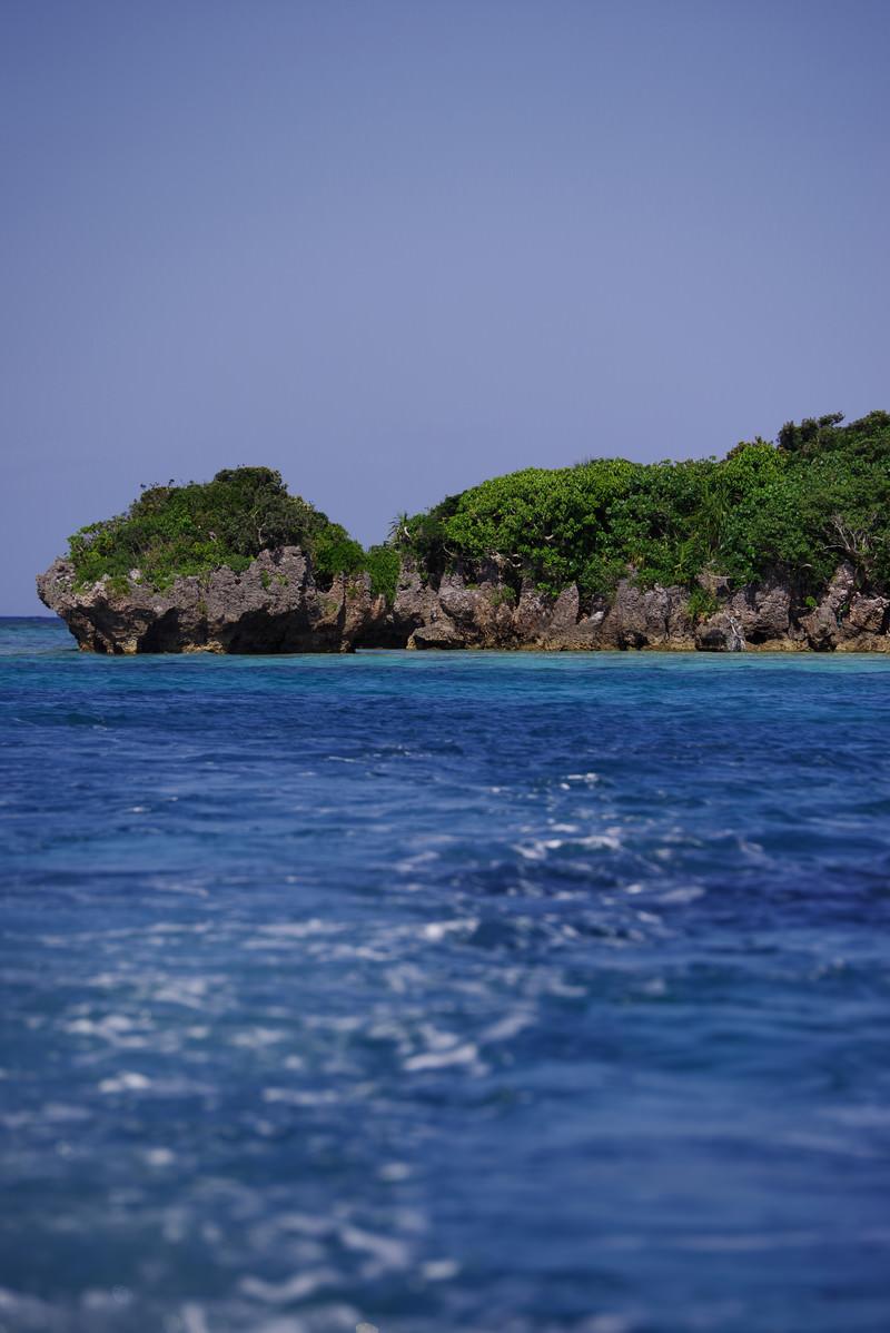 「青い海と緑の生い茂った島(沖縄県)」の写真