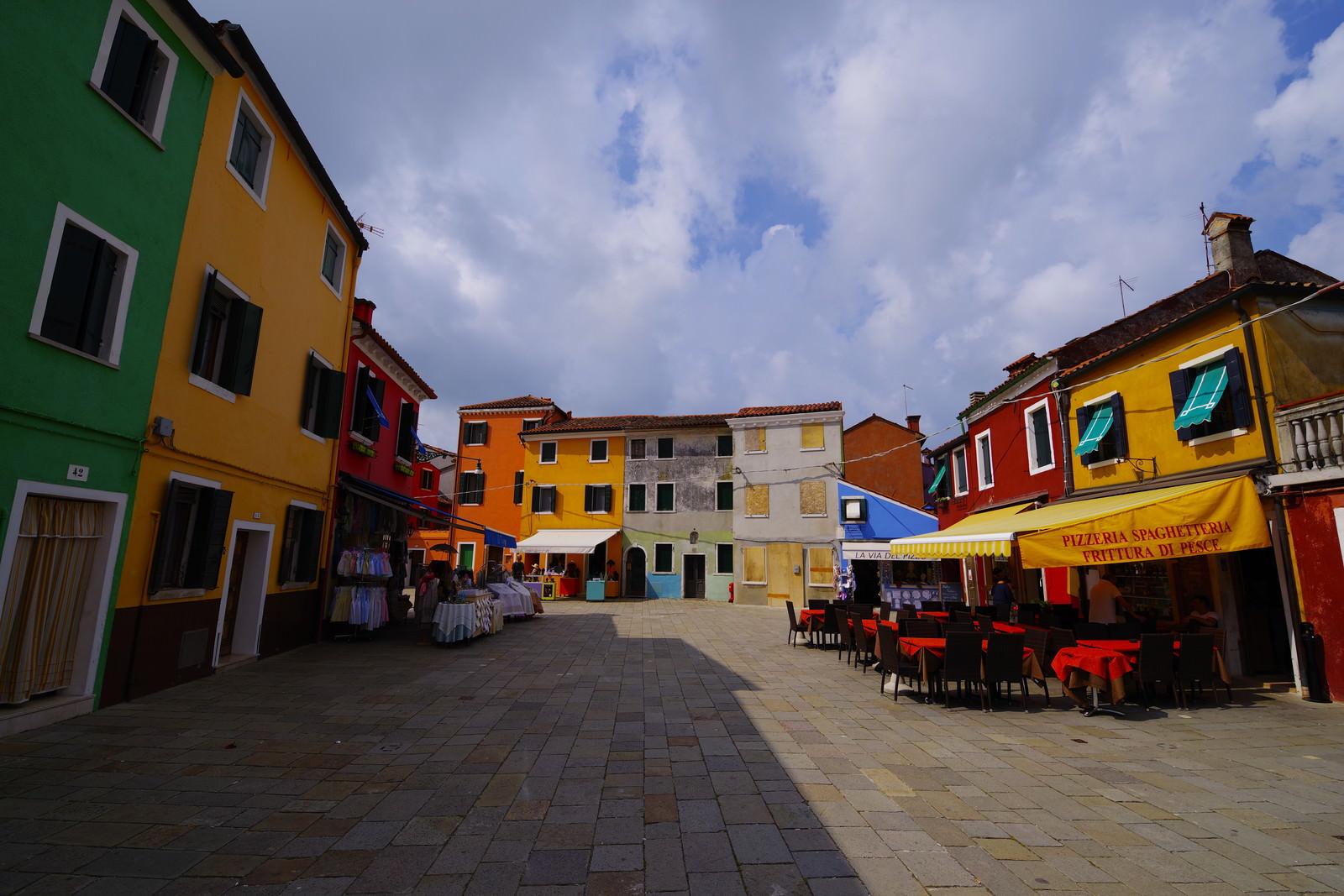 「ブラーノ島の鮮やかな街並み(イタリア)」の写真