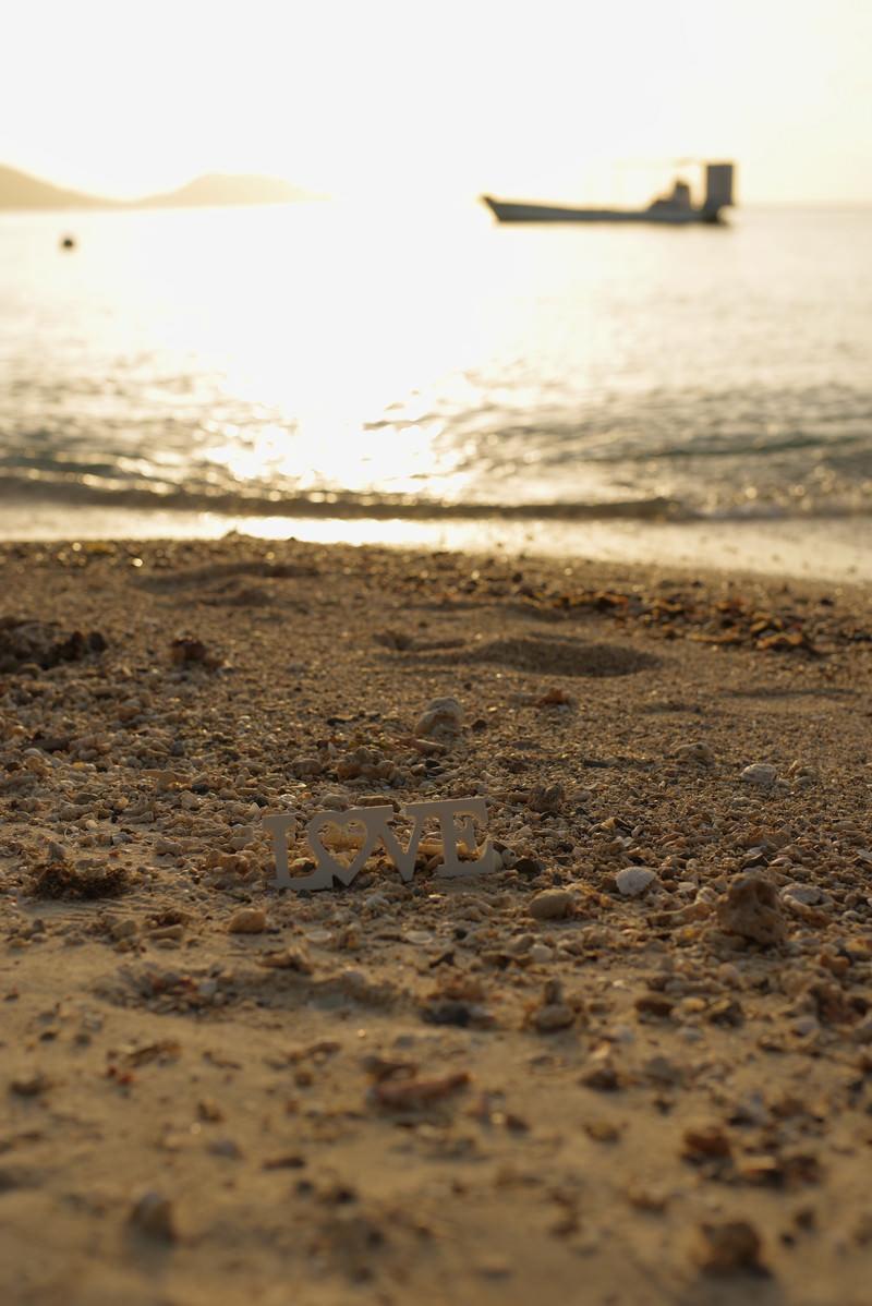 「夕刻の砂浜に取り残されたLOVE」の写真